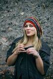 Schöne junge Frau, die rastafarian Hut trägt Stockfotos