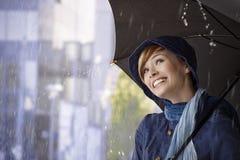 Schöne junge Frau, die Regenschirm hält stockbild