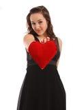 Schöne junge Frau, die rotes Inneres anhält Lizenzfreies Stockbild