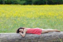 Schöne junge Frau, die an schläft Stockfotografie