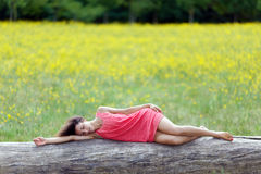 Schöne junge Frau, die an schläft Stockfoto