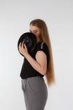 Schöne junge Frau, die schwarzen Hut auf hellem Hintergrund trägt Kein Gesicht Lizenzfreie Stockfotos