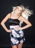 Schöne junge Frau, die schwarzes Kleid trägt Stockbilder