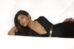 Schöne junge Frau, die schwarzes Kleid trägt lizenzfreies stockfoto