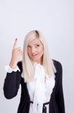 Schöne junge Frau, die sein Gesicht mit den Händen versteckt Lizenzfreie Stockbilder