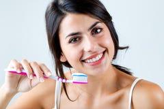 Schöne junge Frau, die seine Zähne auswählt Lizenzfreies Stockbild