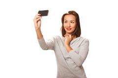 Schöne junge Frau, die selfie nimmt Stockbild