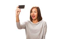 Schöne junge Frau, die selfie nimmt Stockfotos