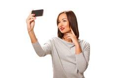 Schöne junge Frau, die selfie nimmt Stockbilder