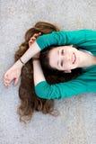 Schöne junge Frau, die sich hinlegt Stockbild