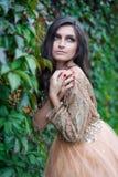 schöne junge Frau, die sich umarmt Stockfoto