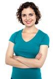 Schöne junge Frau, die sicher aufwirft Lizenzfreie Stockfotografie