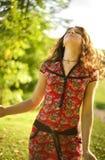 Schöne junge Frau, die sonnigen Tag genießt Stockfotografie