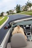 Schöne junge Frau, die umwandelbares Auto antreibt Lizenzfreies Stockbild