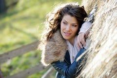 Schöne junge Frau, die unter einem Heustapel sich entspannt Lizenzfreies Stockfoto