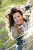 Schöne junge Frau, die unter einem Heustapel sich entspannt Stockfotografie