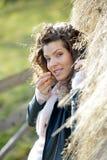 Schöne junge Frau, die unter einem Heustapel sich entspannt Lizenzfreie Stockfotos
