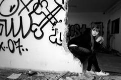 Schöne junge Frau, die in verlassenem buildin sitzt lizenzfreies stockbild