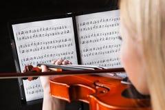 Schöne junge Frau, die Violine spielt lizenzfreie stockfotos