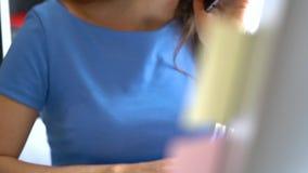 Schöne junge Frau, die vom Haus arbeitet stock video footage