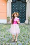 Schöne junge Frau, die vor dem hintergrund einer alten Tür aufwirft Stockfoto