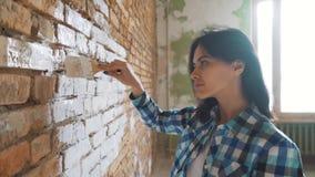 Schöne junge Frau, die Wandbild tut stock video