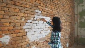 Schöne junge Frau, die Wandbild tut stock video footage