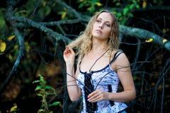 Schöne junge Frau, die weg schaut. lizenzfreie stockfotos