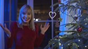 Schöne junge Frau, die Weihnachten genießt Stockbilder
