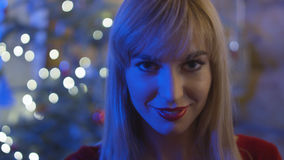 Schöne junge Frau, die Weihnachten genießt Lizenzfreies Stockbild