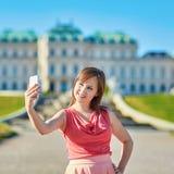 Schöne junge Frau, die in Wien geht Stockfotografie