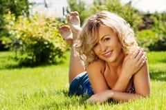 Schöne junge Frau draußen lizenzfreie stockfotografie