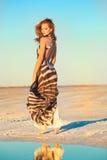 Schöne junge Frau draußen Stockbilder
