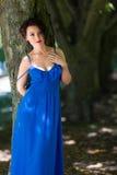 Schöne junge Frau draußen Lizenzfreie Stockbilder