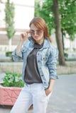 Schöne junge Frau draußen Stockfotos