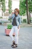 Schöne junge Frau draußen Lizenzfreies Stockfoto