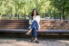 Schöne junge Frau draußen Genießen Sie Natur Gesundes lächelndes Mädchen Stockfotos