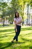 Schöne junge Frau draußen Genießen Sie Natur Gesundes lächelndes Mädchen im grünen Gras Stockfoto