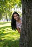 Schöne junge Frau draußen Genießen Sie Natur Gesundes lächelndes Mädchen im grünen Gras Stockbild