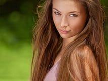 Schöne junge Frau draußen. Schönheits-Mädchen, das Natur genießt. Bea Stockbild
