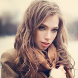 Schöne junge Frau draußen, Weinleseporträt stockbild