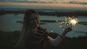 Schöne junge Frau am Ebening mit Wunderkerze, Zeitlupe stock footage