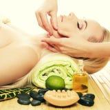Schöne junge Frau an einem Badekurortsalon Vollkommene Haut Skincare lizenzfreie stockbilder