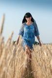 Schöne junge Frau in einem blauen Kleid stockfotografie