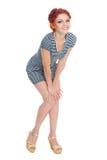 Schöne junge Frau in einem gestreiften Kleid Lizenzfreie Stockfotografie