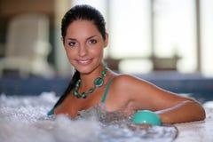 Schöne junge Frau an einem Jacuzzi Lizenzfreies Stockfoto