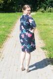 Schöne junge Frau in einem Park Stockfotos