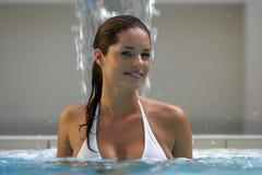 Schöne junge Frau an einem Pool Lizenzfreies Stockbild