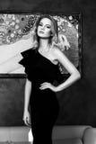 Schöne junge Frau in einem schwarzen Abendkleid Rebecca 6 Lizenzfreie Stockfotografie