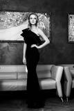 Schöne junge Frau in einem schwarzen Abendkleid Rebecca 6 Lizenzfreie Stockbilder